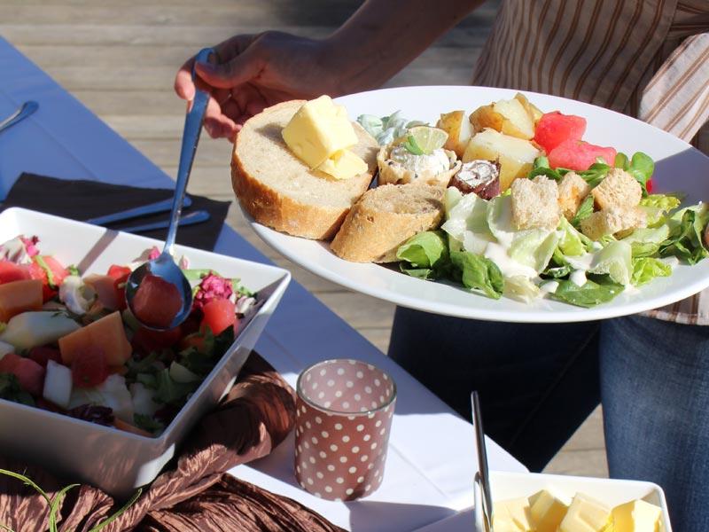 Kun järjestät juhlat kotona, niin tilaa catering meiltä ja voit keskittyä itse juhliin.
