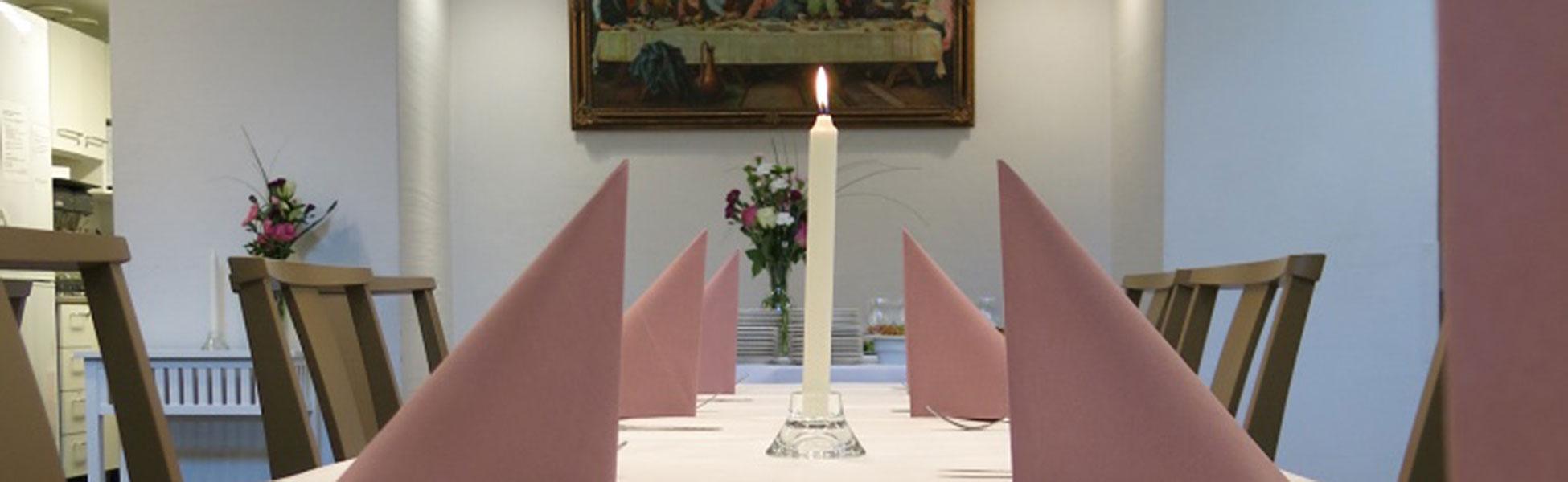 Muistotilaisuuden tarjoilut vuokrattavattavissa tiloissa.
