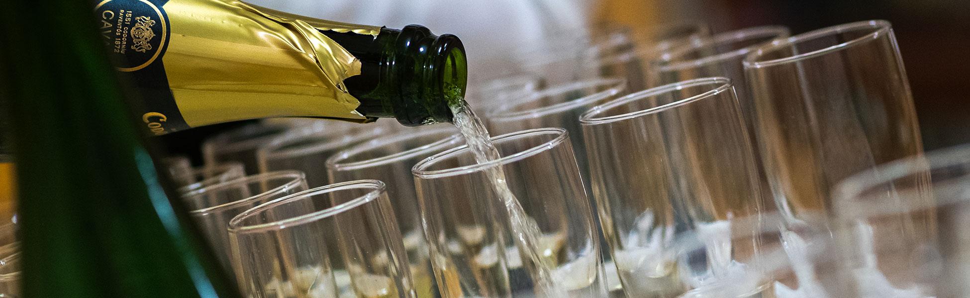 Rippijuhlat, Tarjoilija kaataa kuohuviiniä laseihin.